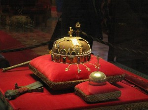 CIM-800px-Crown,_Sword_and_Globus_Cruciger_of_Hungary